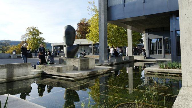 Teich vor dem Hauptgebaeude der Universitaet St.Gallen (HSG)